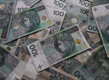 Pieniądze na wyprawki płyną na konta