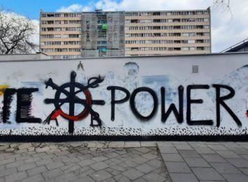 Mural promujący równość został pokryty neofaszystowskim sloganem