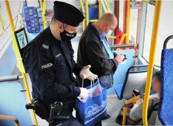 Kontrolerzy wspólnie z policją sprawdzają czy pasażerowie noszą maseczki