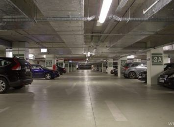 Miasto rezygnuje z wymogu pozostawienia bezpłatnych miejsc parkingowych dla urzędników i pracowników NFM-u