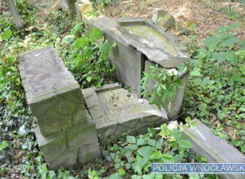 Zniszczone nagrobki na Cmentarzu Żydowskim