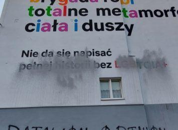 Batalion ortalion zniszczył mural Różowej Brygady